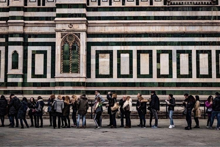 イタリア人もしっかり並びます - primeshots, streetphotography - manamu   ello