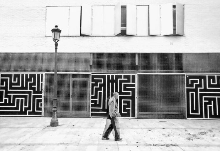 BLACK WHITE street art Valencia - noemilzn | ello