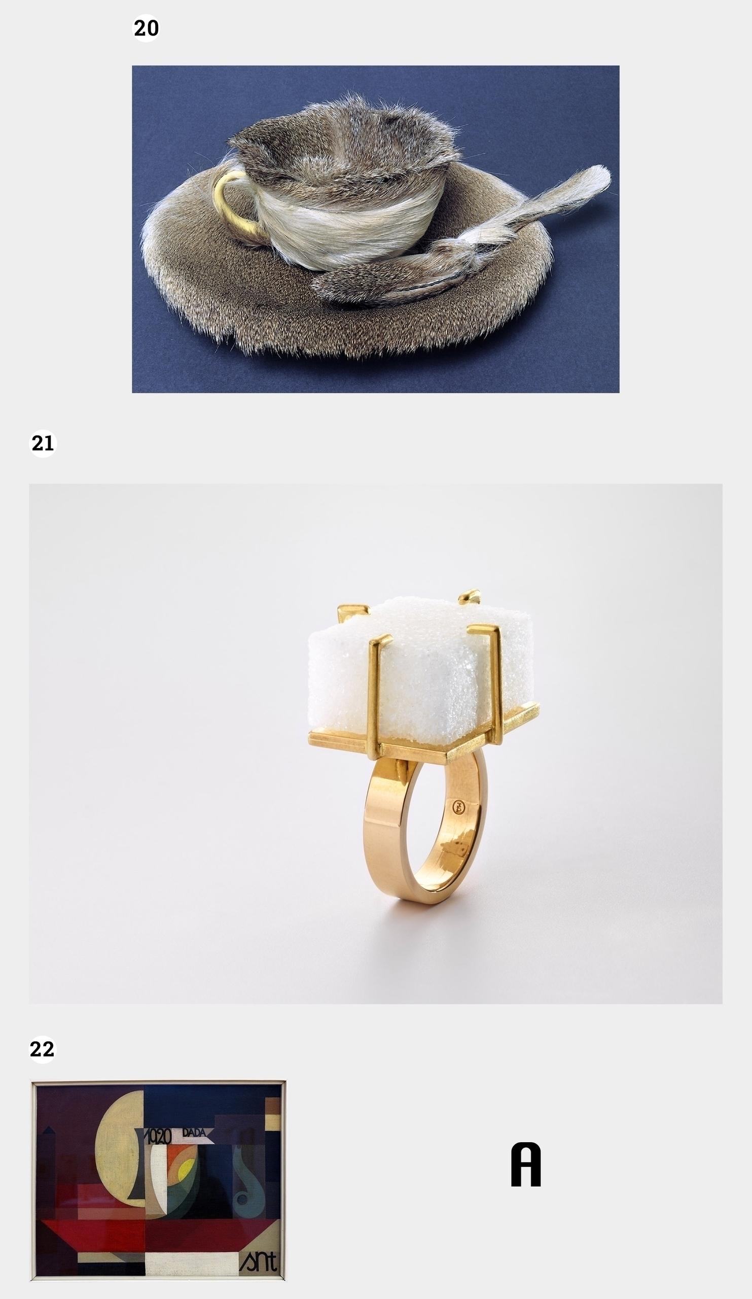 Obraz przedstawia trzy zdjęcia na jasnoszarym tle. Widzimy filiżankę pokrytą futrem, pierścionek i obraz abstrakcyjny. Obok znajduje się czarna litera.