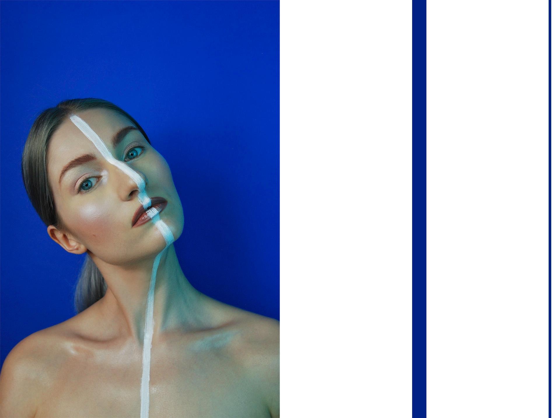 Obraz przedstawia zdjęcie kobiety z przechyloną głową. Przez jej twarz biegnie biała linia, a tło jest niebieskie. Po prawej stronie widzimy dwie niebieskie pionowe linie.