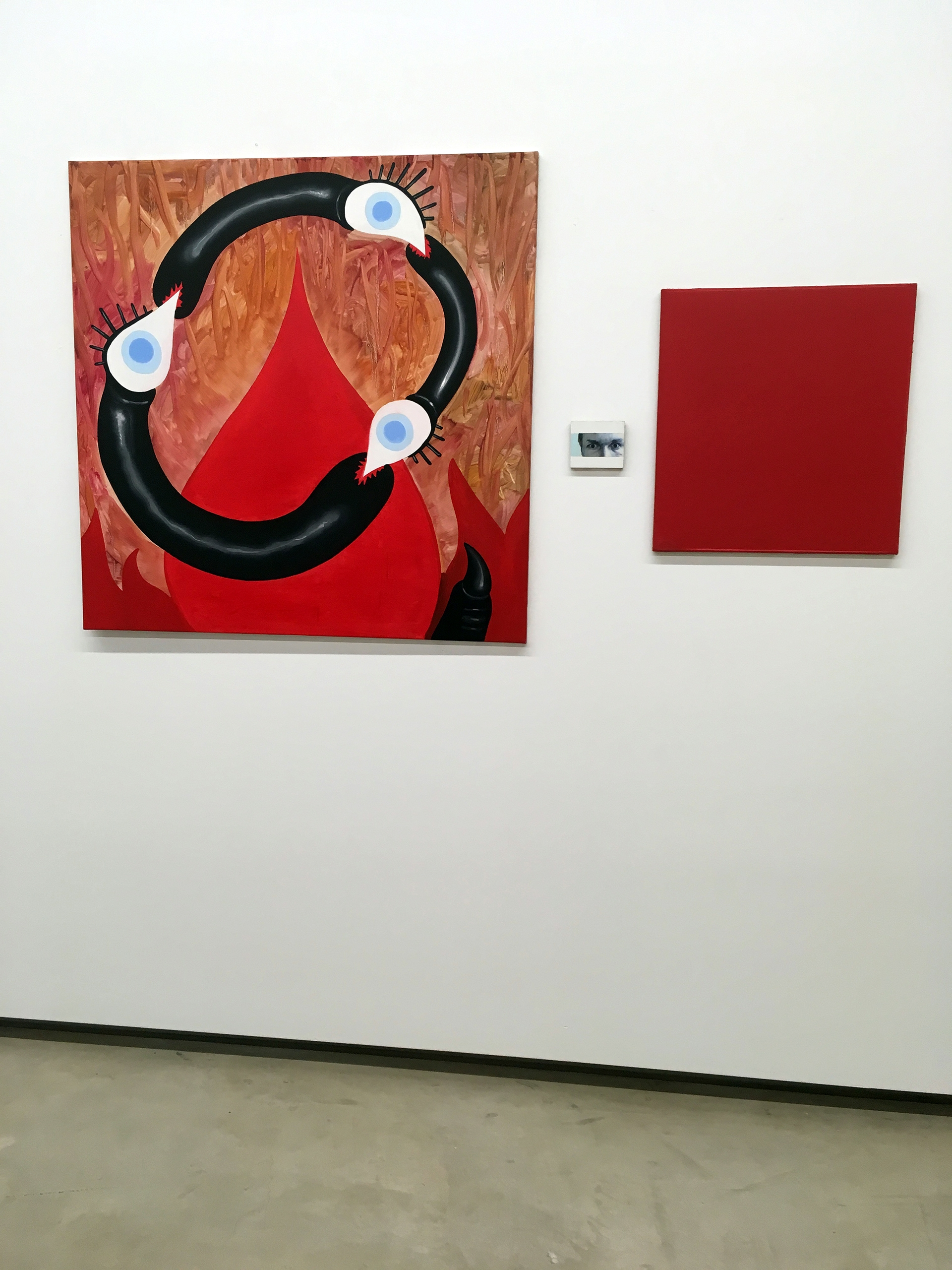 Zdjęcie przedstawia trzy obrazy różnych formatów zawieszone na białej ścianie.