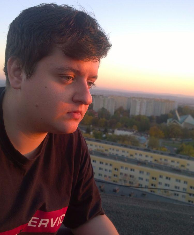 Thinker~Ż - sunset, roof, boy, man - pandawszyszkach | ello