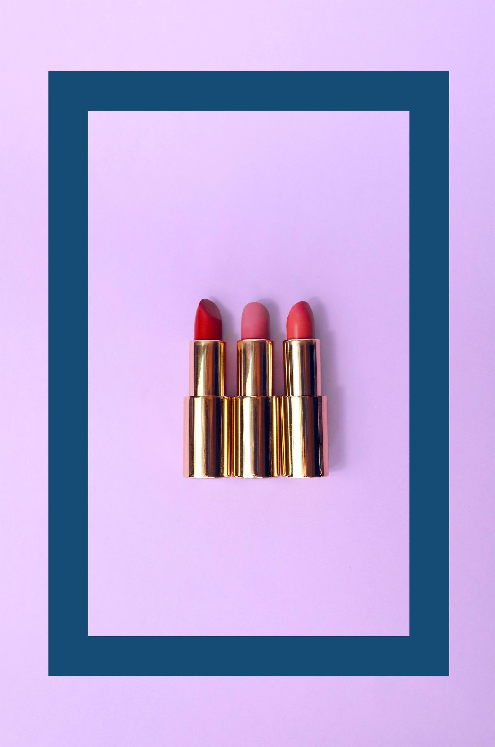 Zdjęcie przedstawia trzy pomadki w ramie na jasno-fioletowym tle.