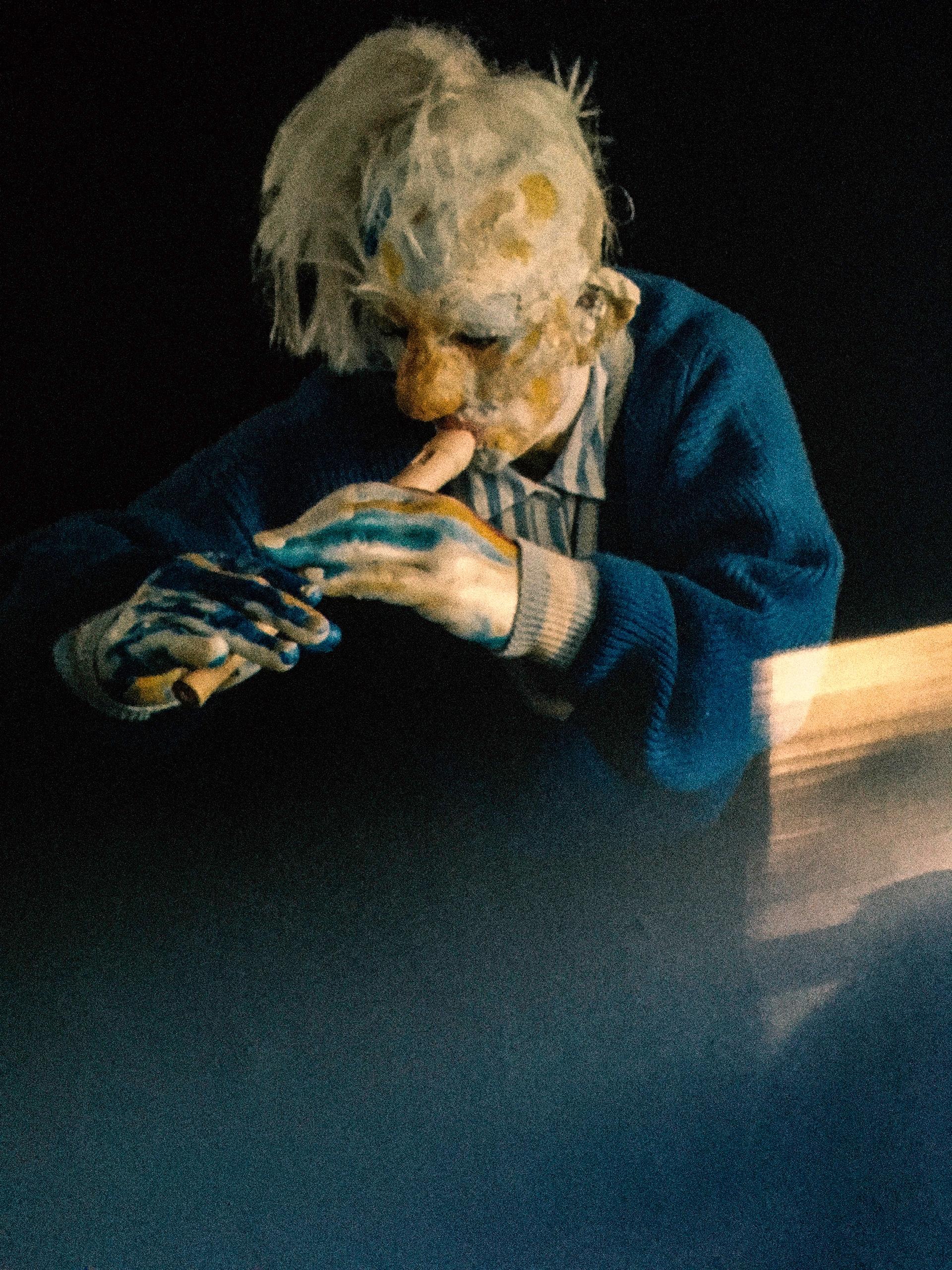 Zdjęcie przedstawia baśniową postać grającą na flecie.