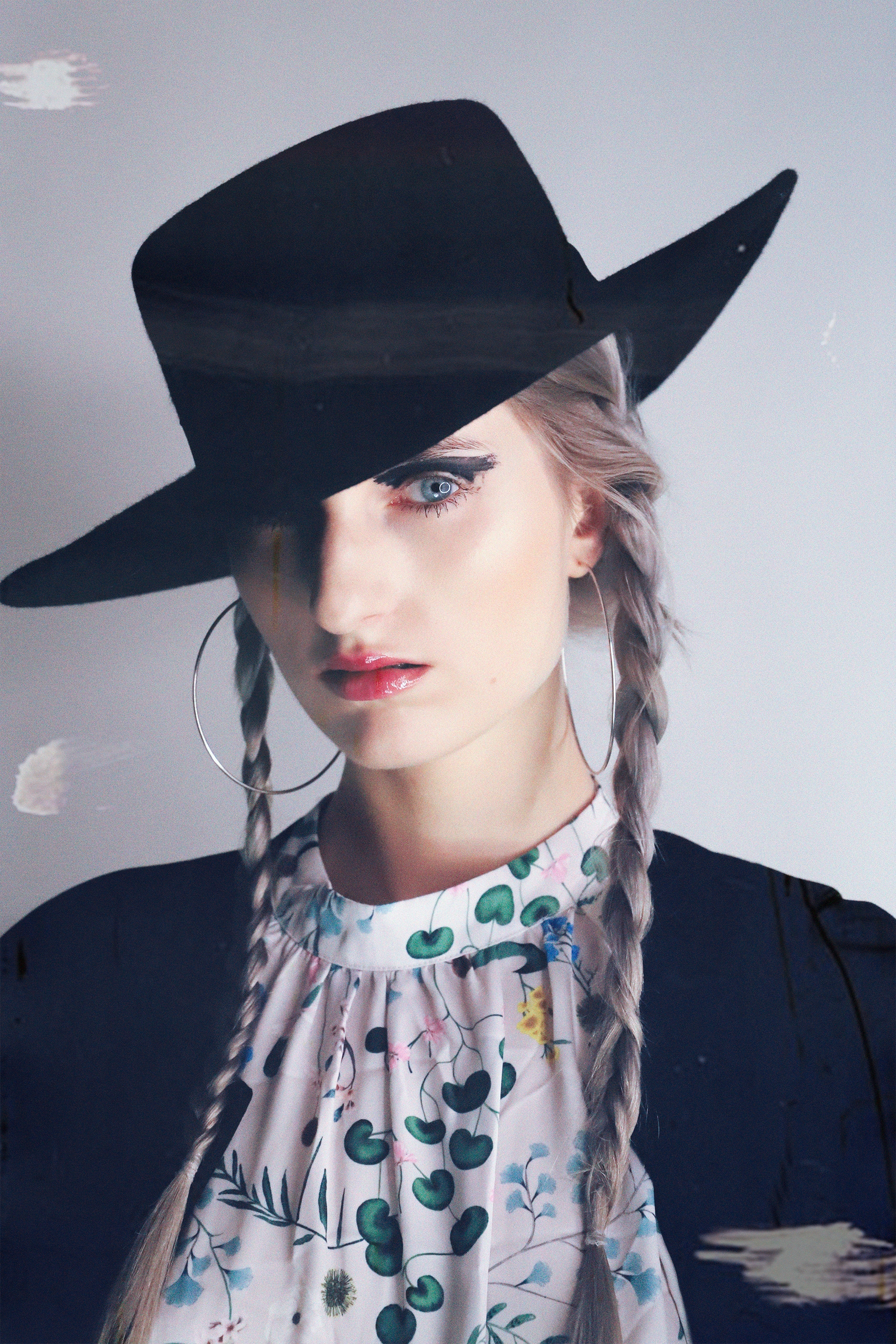 Zdjęcie przedstawia portret kobiety w czarnym kapeluszu.