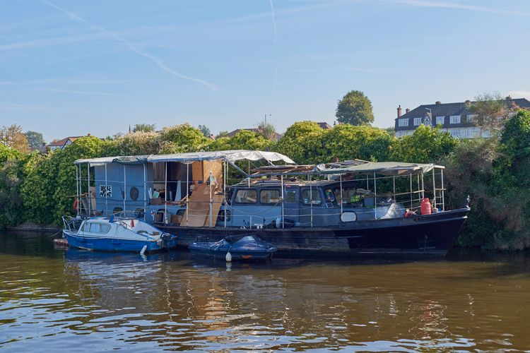 Broke Afloat - boat, thames, river - gimli1 | ello