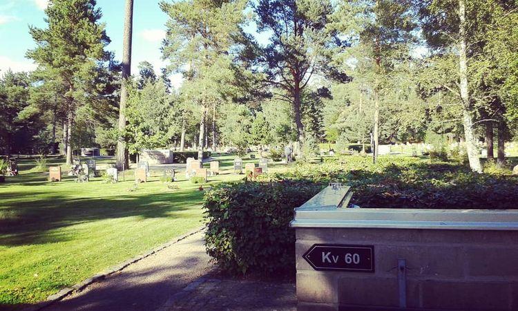 Kvarteren delas av med breda av - skogskyrkogardar | ello