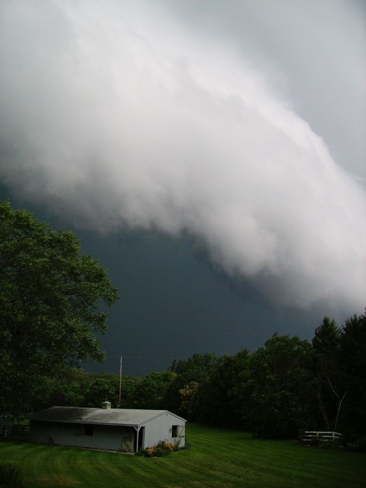dramatic cloud formations move  - twogreenthumbs   ello