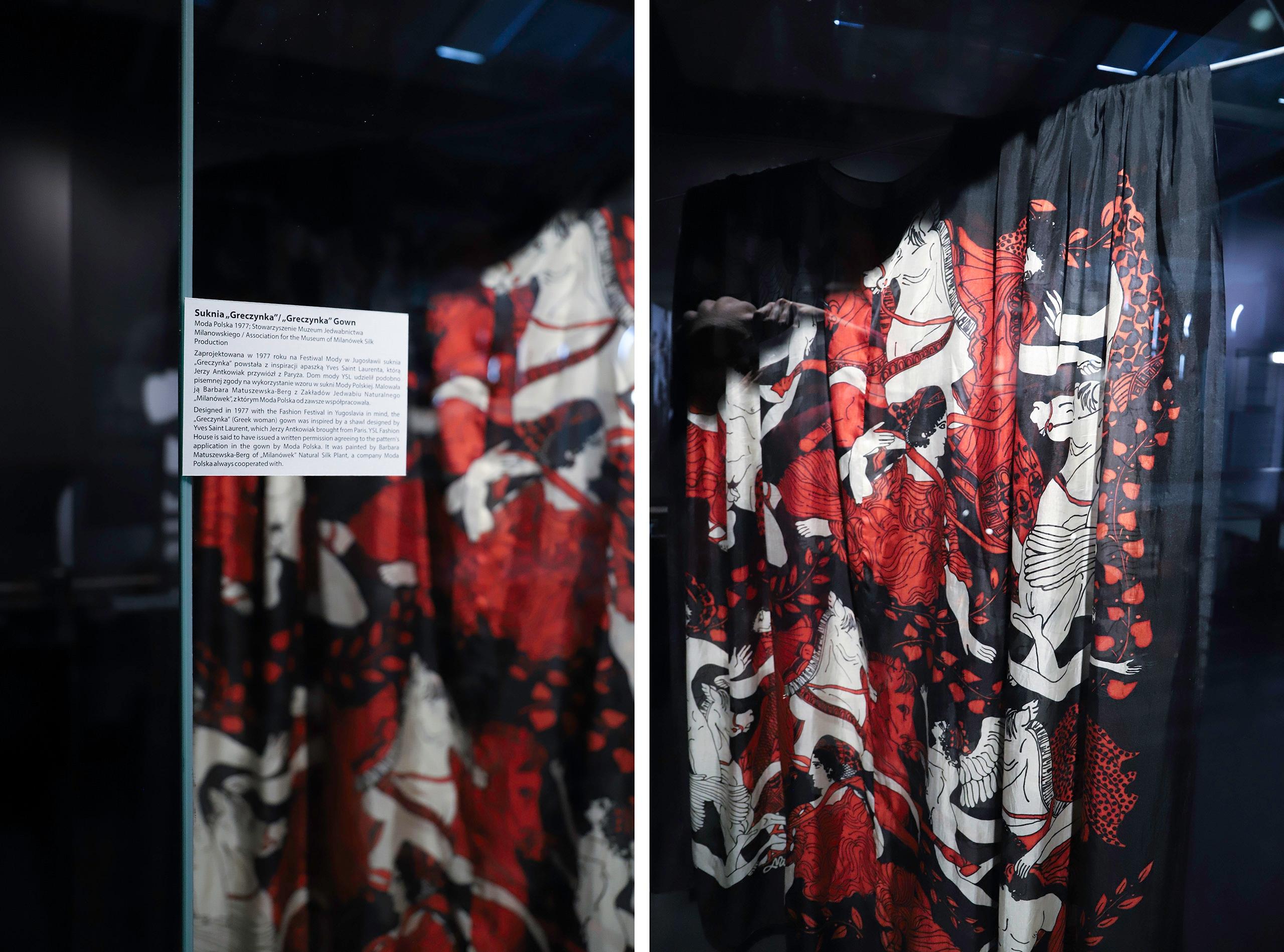 Obraz przedstawia dwa zdjęcia kolorowej tkaniny zamkniętej w szklanej gablocie.
