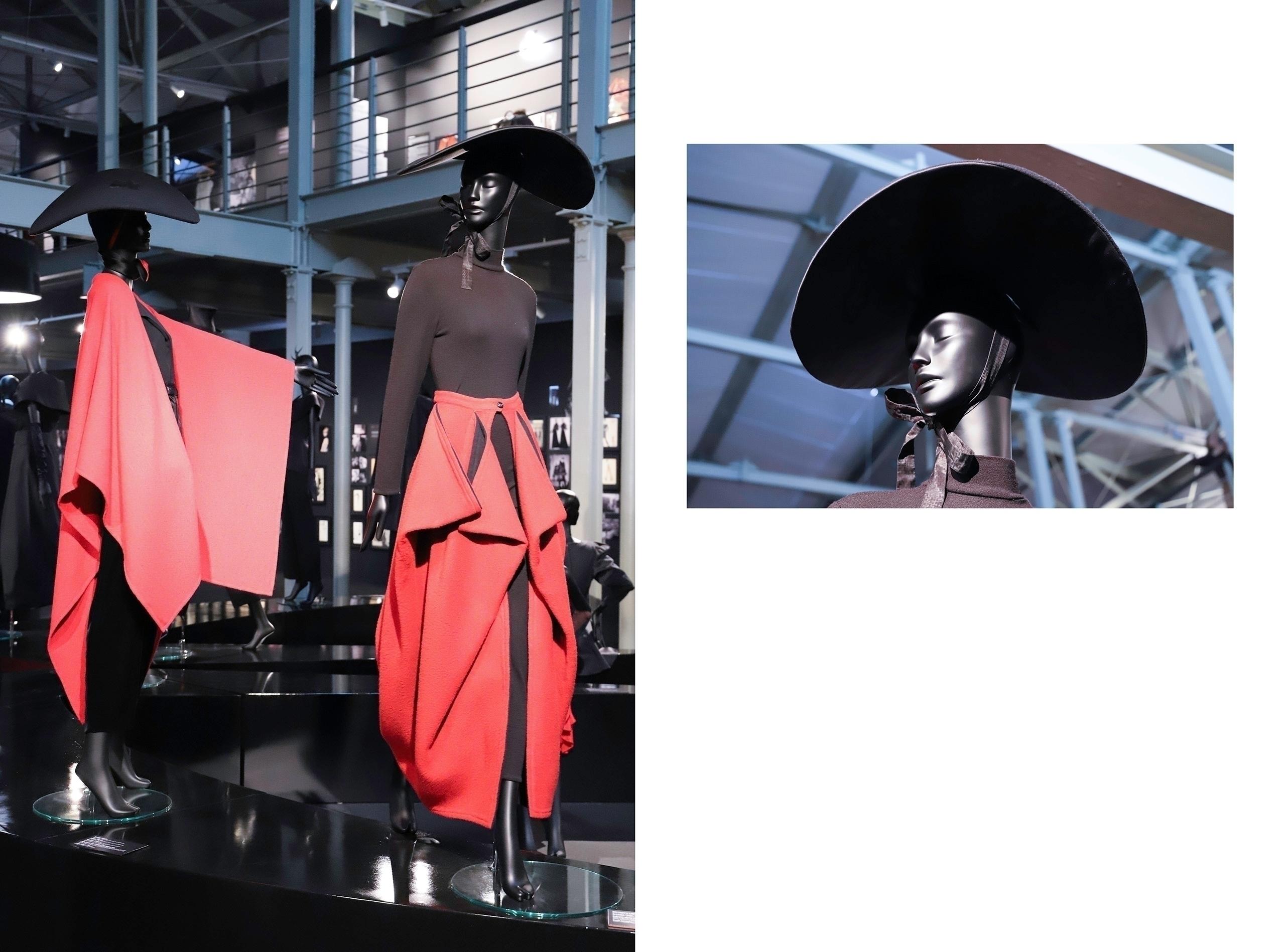 Obraz przedstawia dwa zdjęcia manekinów ubranych na czarno-czerwono. Oboje mają na głowach kapelusze z dużym rondem.