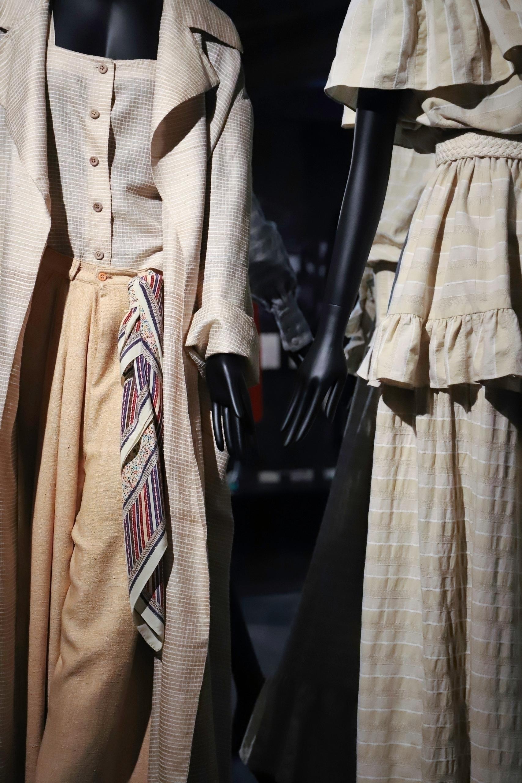 Zdjęcie przedstawia fragmenty manekinów ubrane w jasne, lniane stroje.