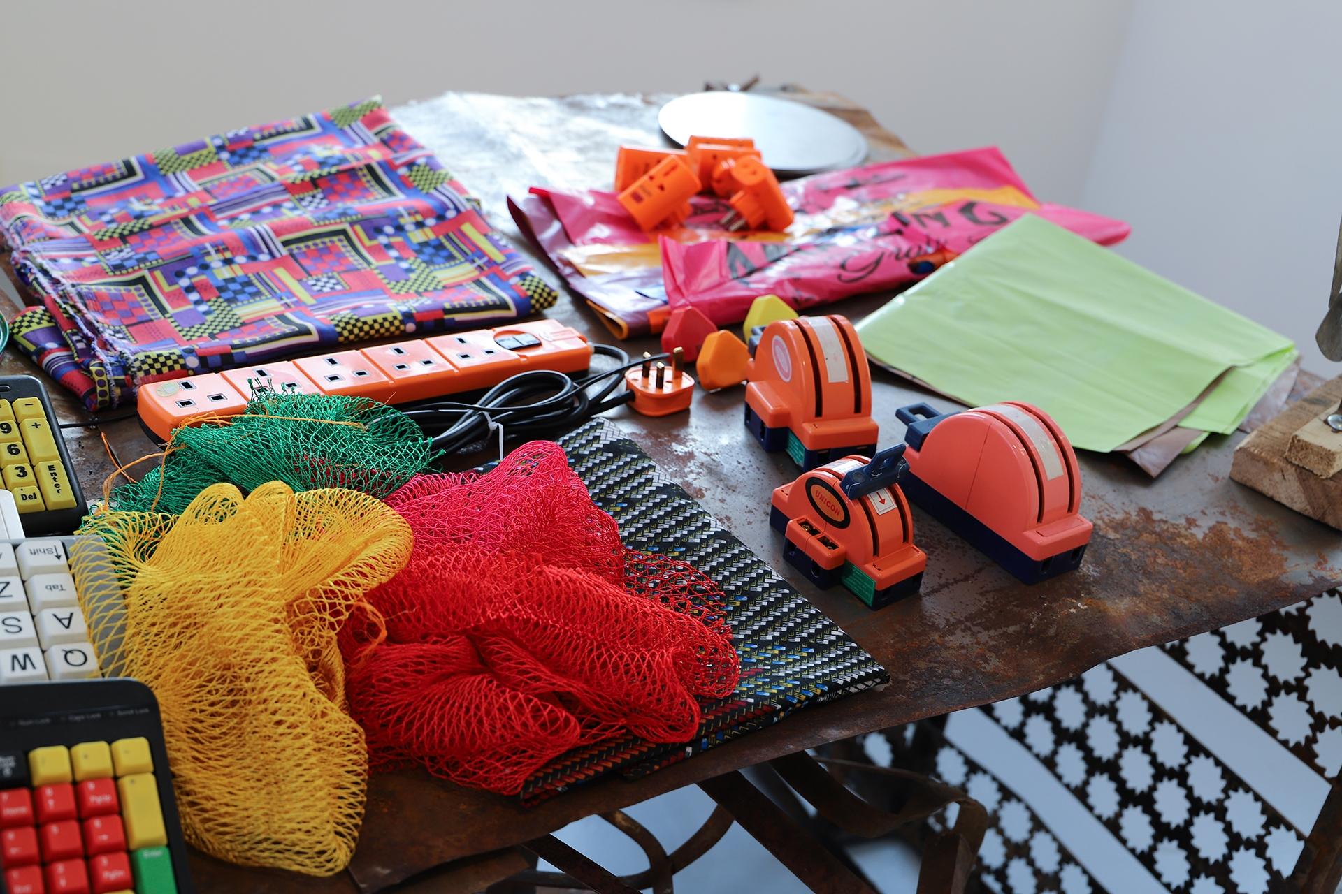 Zdjęcie przedstawia kolorowe przedmioty w przybliżeniu.