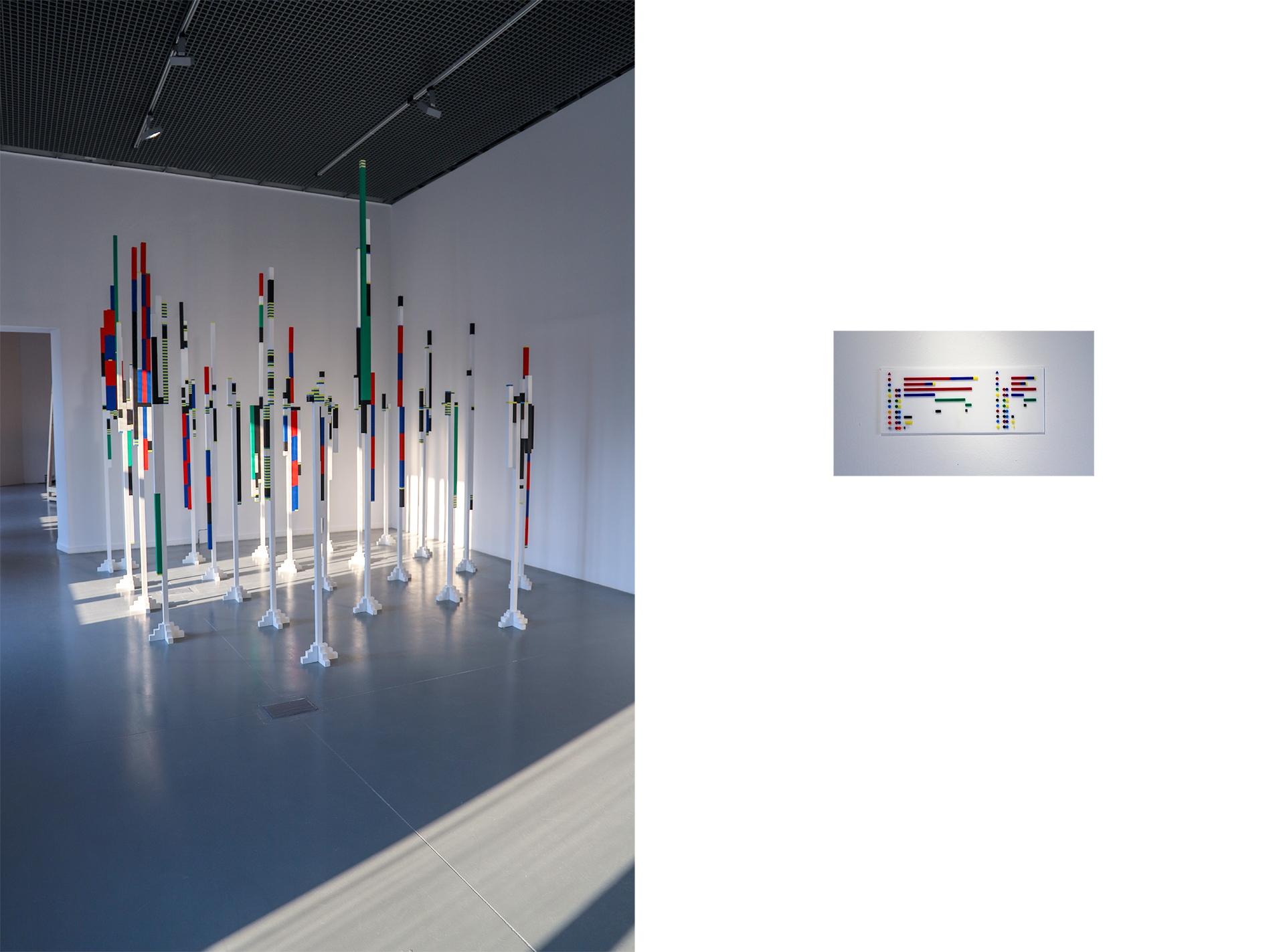 Obraz przedstawia dwa zdjęcia obiektów w białych pomieszczeniach galerii sztuki.