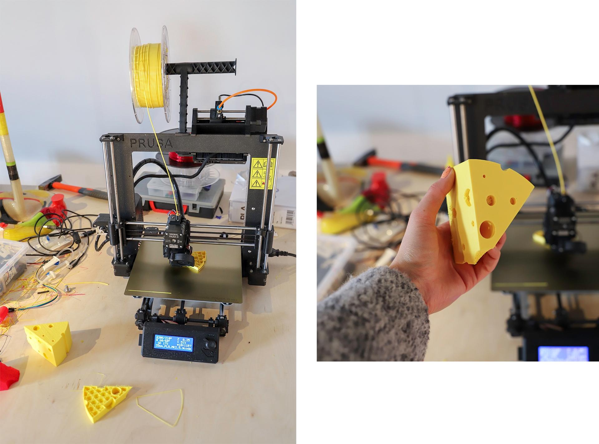 Obraz przedstawia dwa zdjęcia drukarki 3d, która jest w trakcie druku modelu żółtego sera.