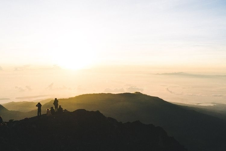 Sunrise summit Mount Rinjani In - mikescaturo | ello