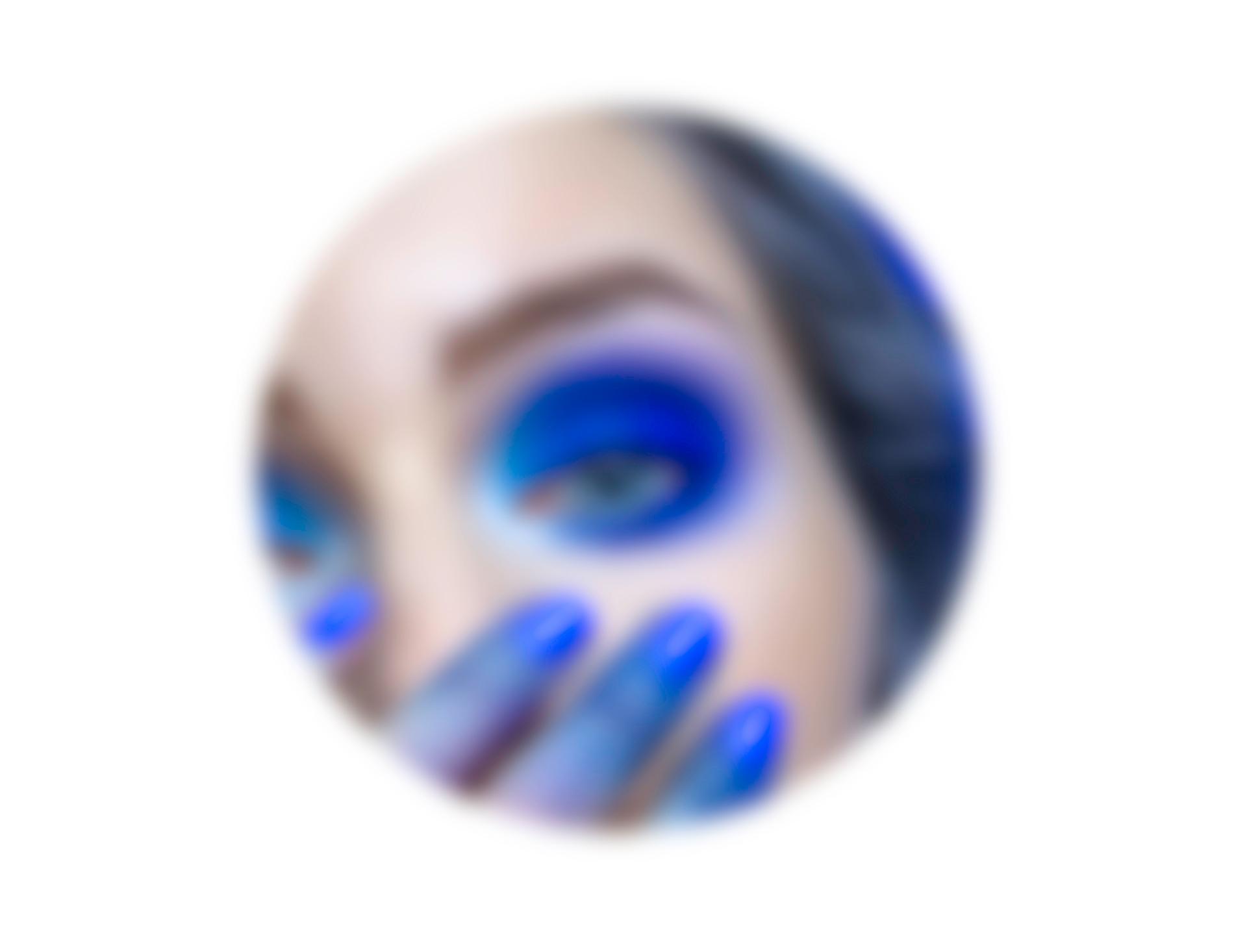Zdjęcie przedstawia rozmyte okrągłe zdjęcie oka w niebieskim makijażu.