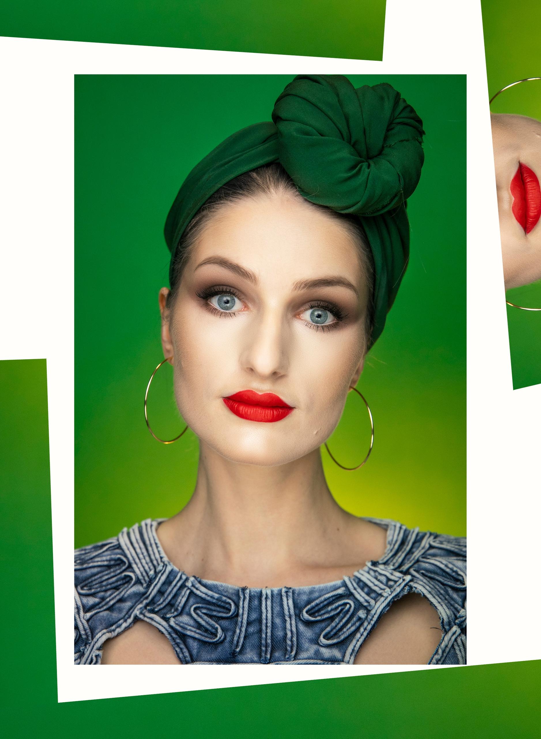 Obraz przedstawia portret kobiety w zielonym turbanie na zielonym tle. Dookoła zdjęcia pojawiają się graficzne zielne kształty.
