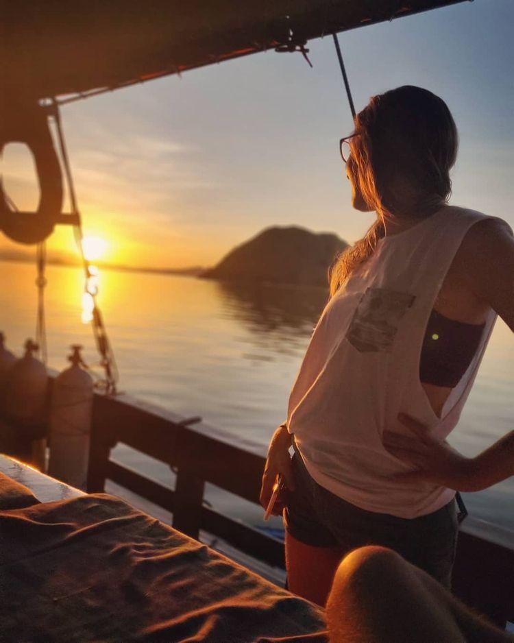 sailing trip holiday Komodo liv - belvaadeline | ello