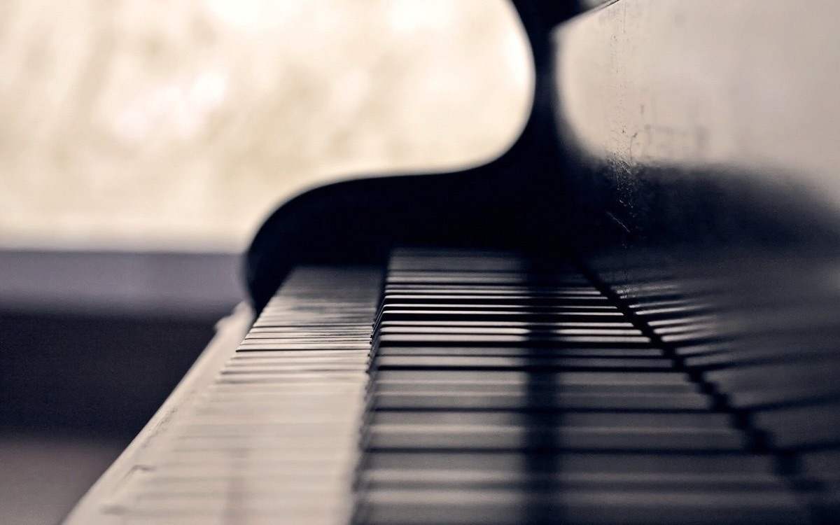 Ronnie (@thepiano) Cover Image